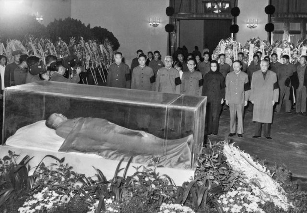 1976_party_and_state_leaders_stand_before_the_remains_of_mao_zedong.jpg