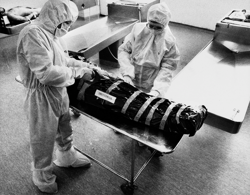 1987_staff_at_roslagstulls_hospital_in_sweden_prepare_the_disposal_of_a_diseased_aids_patient_the_body_has_been_labeled_as_a_infection_risk.png