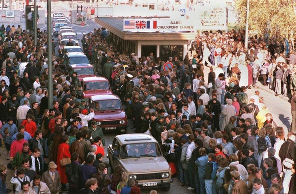 1989_november_10_east_germans_entering_west_berlin_via_checkpoint_charlie.jpg