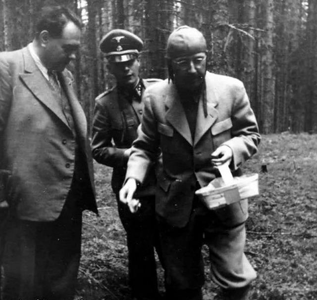 1942_himmler_searching_smurfs_in_belgian_forest_cr.jpg