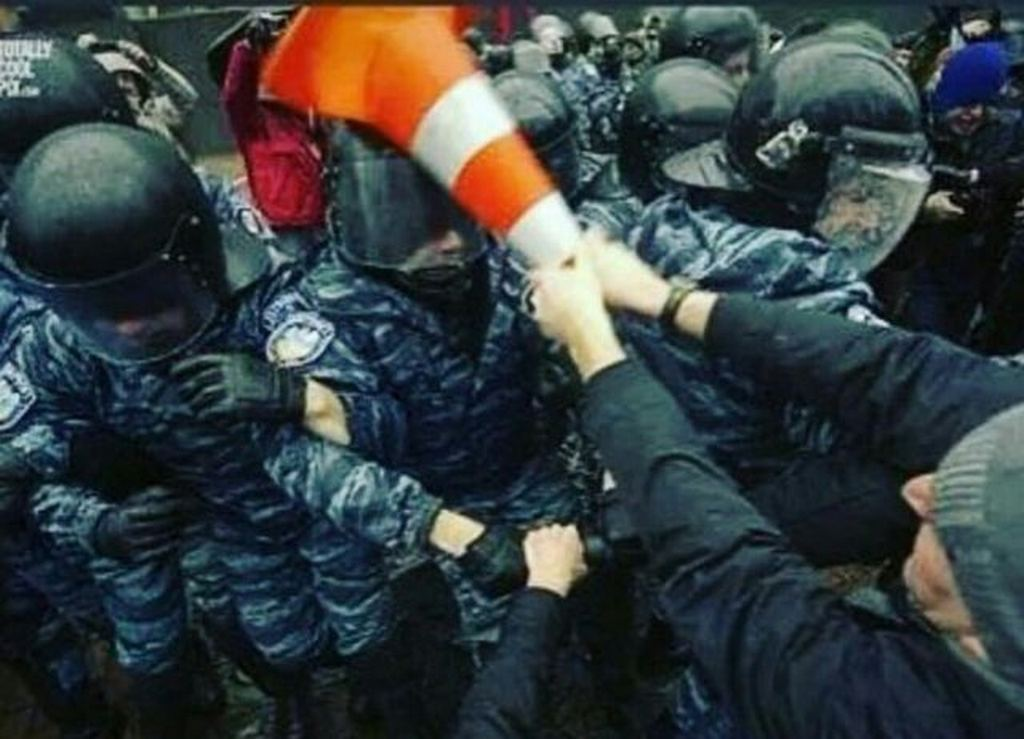 2016_russian_protester_helps_the_police_install_vcl_media_player.jpg