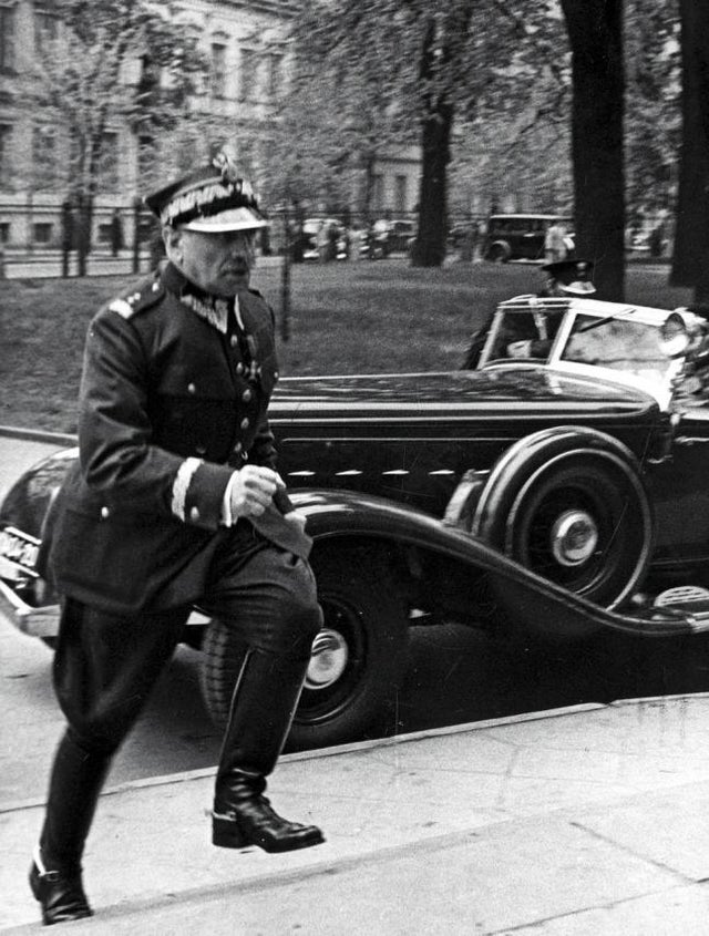 1939_polish_prime_minister_felicjan_slawoj_sk_adkowski_runs_to_parliament_after_learning_of_the_third_reich_s_withdrawal_from_the_non-aggression_pact_warsaw_5_may.jpg