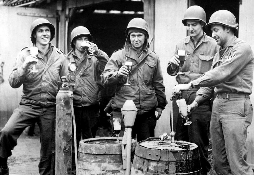 1945_soldiers_from_2nd_infantry_divison_enjoying_pilsner_urquell_from_the_tap_after_liberation_of_pilsen_in_may.jpg