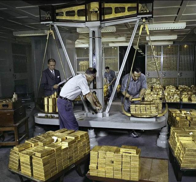 1959_gold_scales_federal_reserve_bank_of_new_york_manhattan.jpg