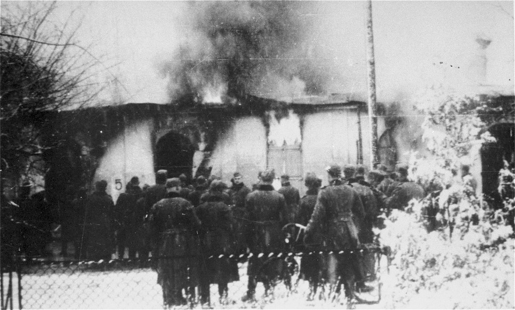 1939_december_wehrmacht_soldiers_burning_a_synagogue_in_siedlce_poland.jpg