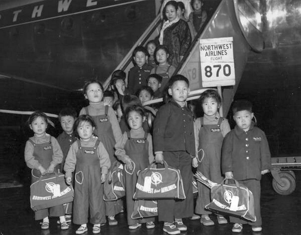 1956_south_korean_orphans_arrive_in_tokyo_for_a_brief_stopover_before_heading_to_hollywood_to_attend_the_screening_of_the_korean_war_movie_battle_hymn.jpg