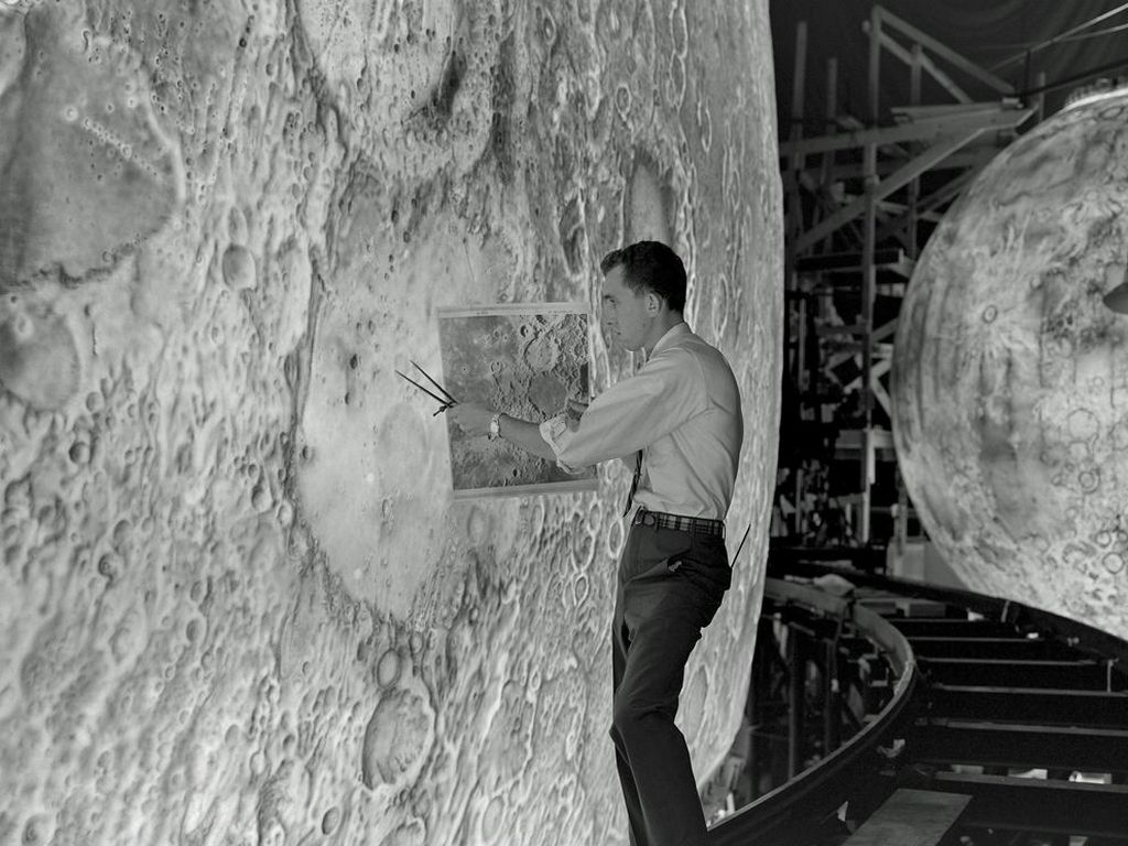 1960-as_evek_artist_uses_paint_brushes_to_recreate_the_lunar_surface_on_each_of_four_models_comprising_the_lunar_orbit_and_landing_approach_simulator_lola_built_at_langley.jpg