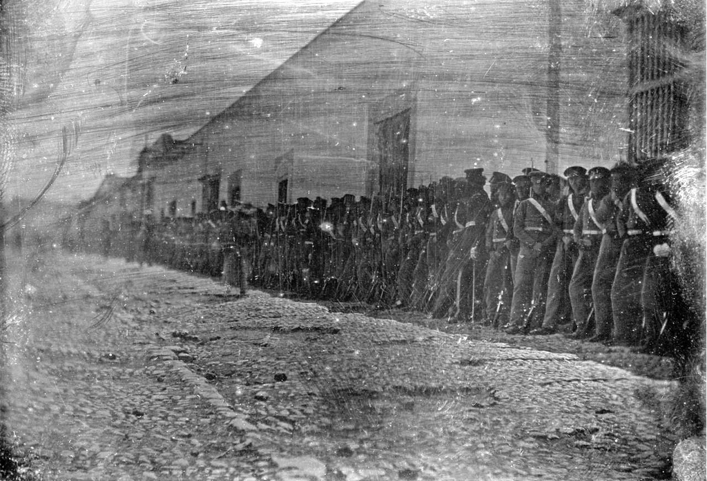 1847_american_soldiers_standing_along_a_street_in_saltillo_mexican-american_war.png