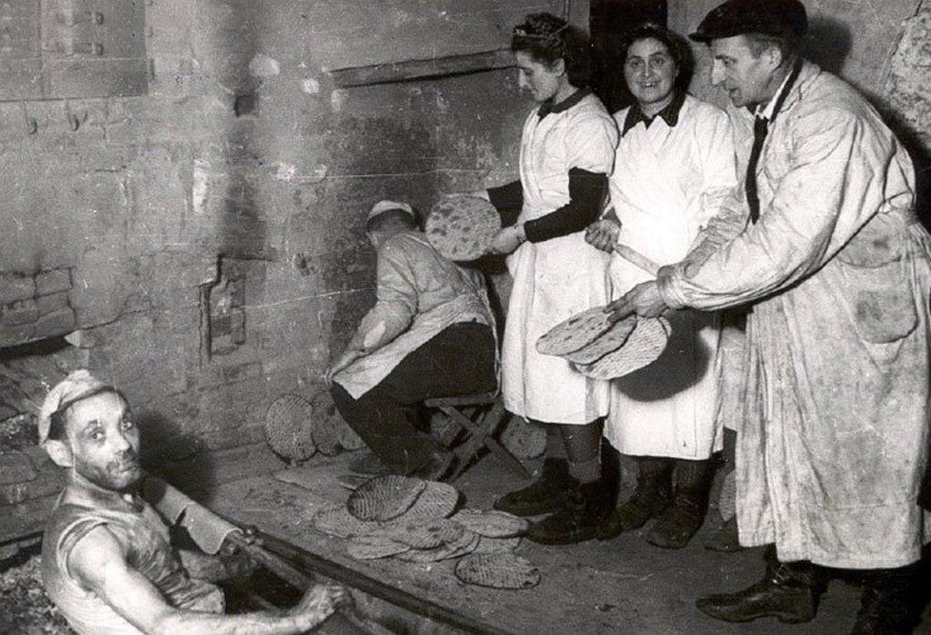1943_jews_making_matzo_in_the_lodz_ghetto.jpg