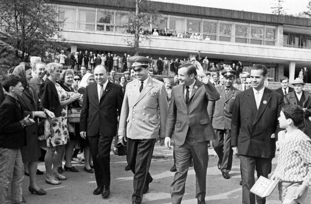 1970_georgy_beregovoy_szovjet_urhajos_es_neil_armstrong_amerikai_urhajos_1970_majus_24-en_zelenogorskban.jpeg