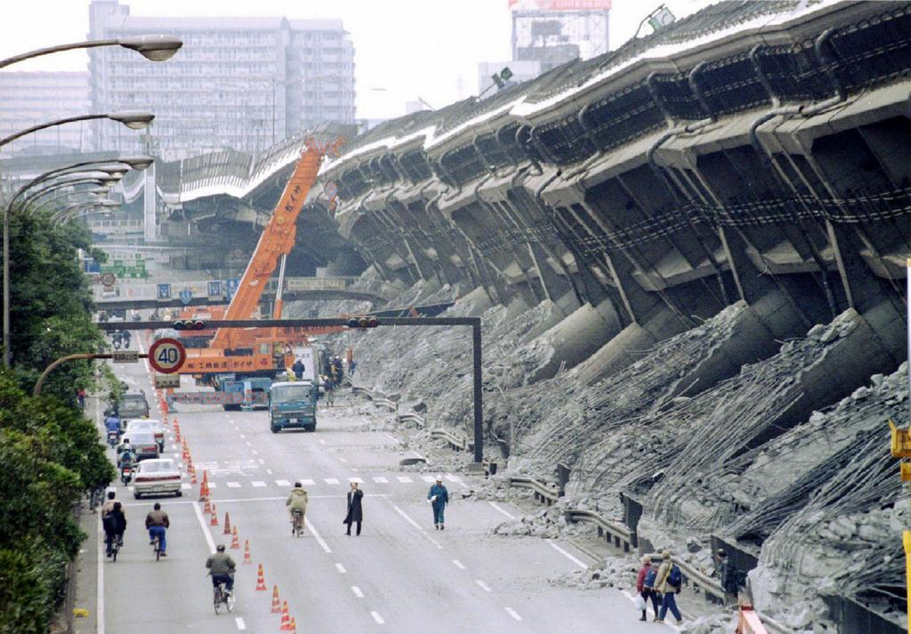 1995_the_overturned_hanshin_expressway_in_japan_after_the_kobe_earthquake.jpg