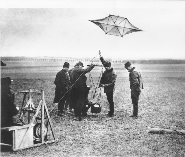 1914_french_soldiers_fly_a_kite_with_a_reconnaissance_camera_attached.jpg