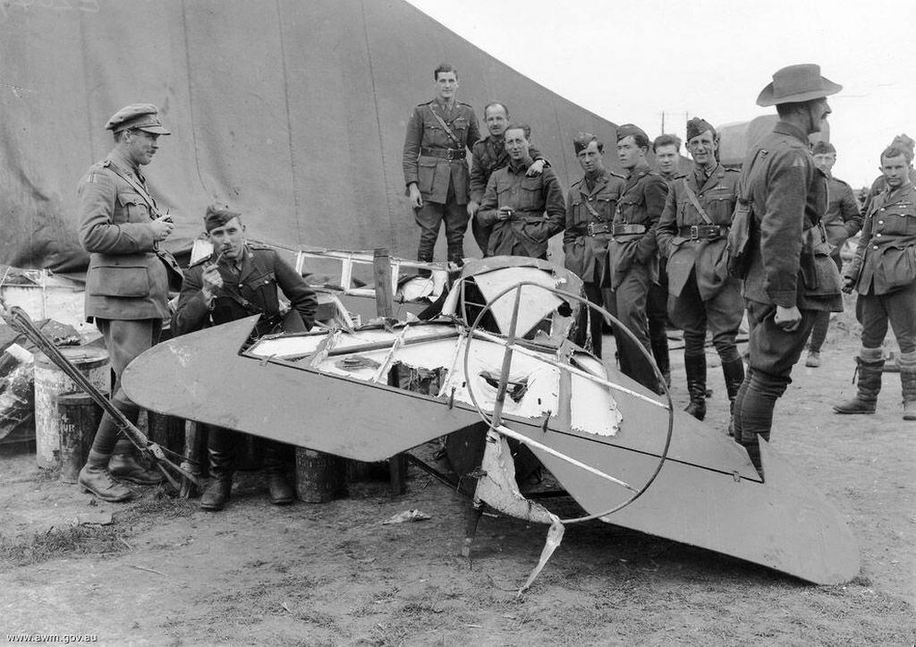 1918_augusztus_21_australian_airmen_pose_with_the_wreck_of_manfred_von_richthofen_s_plane_near_vaux-sur-somme.jpg