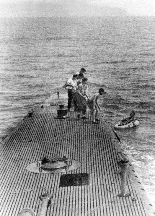 1944_uss_finback_ss-230_picking_up_george_h_w_bush_after_he_had_been_shot_down_on_september_2nd_1944_near_chichijima_ogasawara_islands.jpg