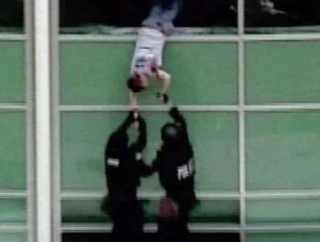 1999_aprilis_20_patrick_ireland_a_student_at_columbine_high_school_is_helped_through_a_library_window_after_being_injured_during_the_columbine_massacre.jpg
