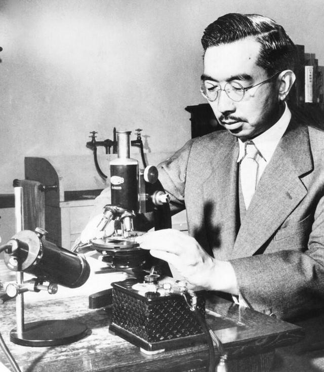 1954_emperor_of_japan_hirohito_puts_specimens_on_a_slide_under_the_microscope_in_his_marine_biology_laboratory.jpg