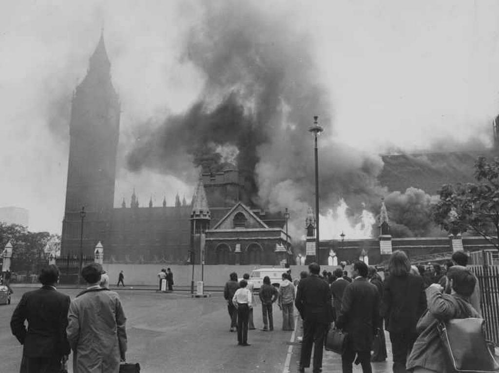 1974_the_palace_of_westminter_on_fire_after_a_ira_terrorist_attack.jpg