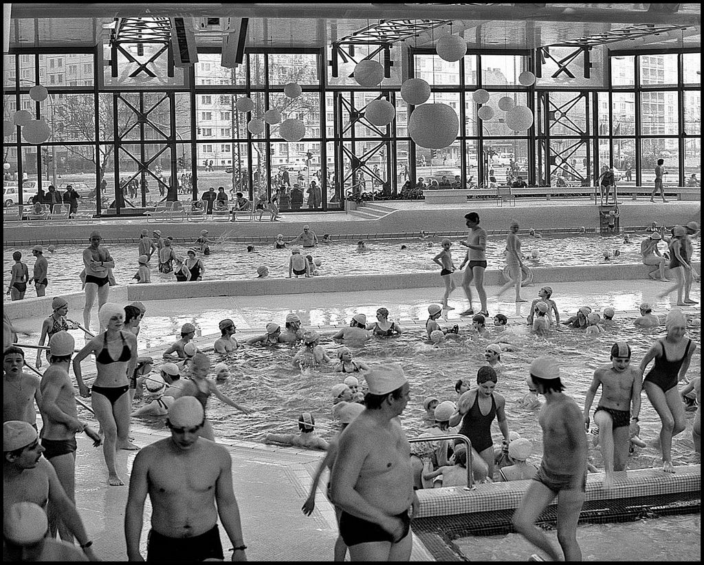 1987_the_swimming_pool_at_east_berlin_s_sez_complex.jpg