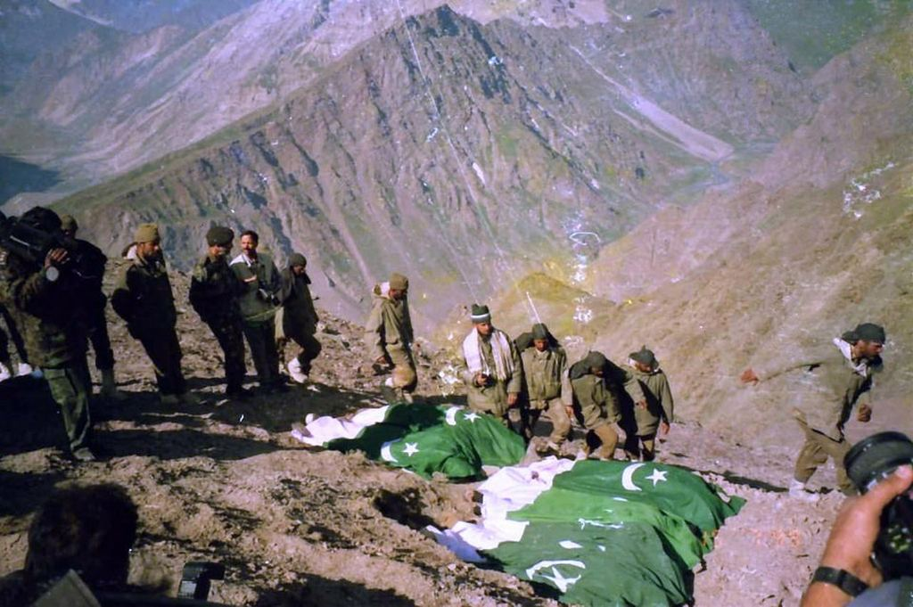 1999_indian_soldiers_burying_dead_pakistani_soldiers_according_to_islamic_rituals_after_pakistan_refused_to_accept_their_bodies_kargil_war.jpg