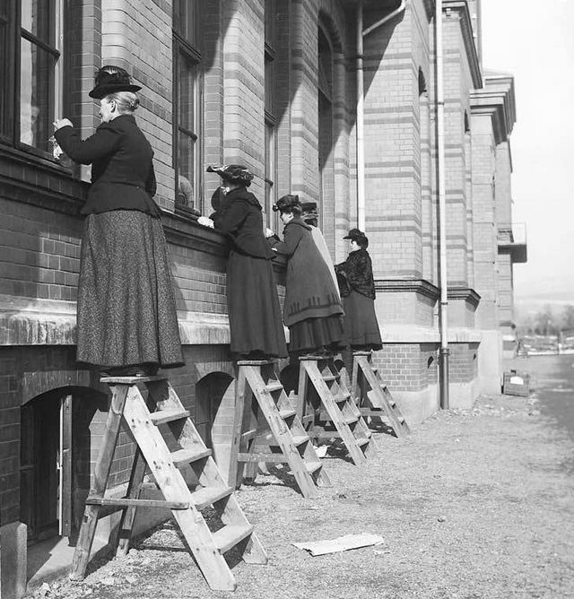 1905_visiting_quarantined_family_and_friends_at_ulleva_l_hospital_oslo_cr.jpg