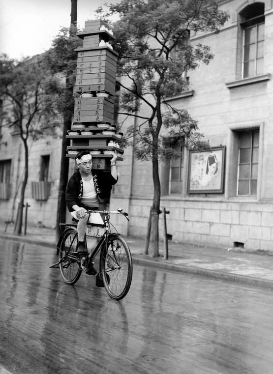 1935_soba_noodles_deliveryman_in_tokyo.png