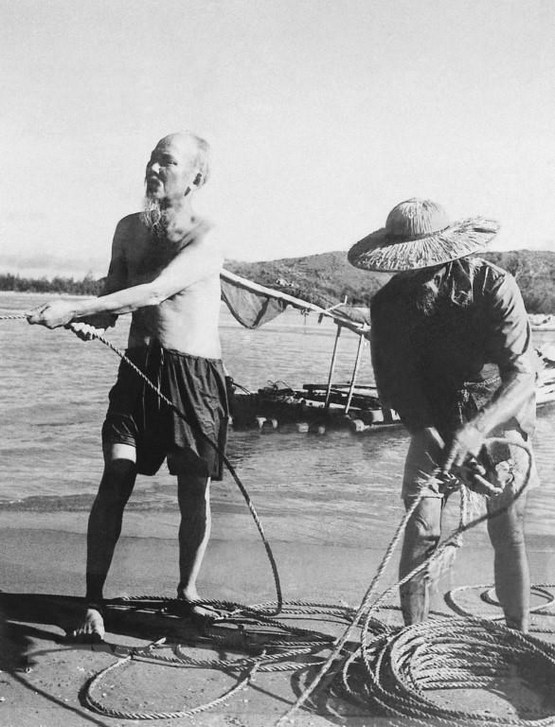 1960_ho_chi_minh_the_first_president_of_vietnam_pulling_a_fishing_net_as_he_visited_the_fishermen_in_thanh_hoa.jpg