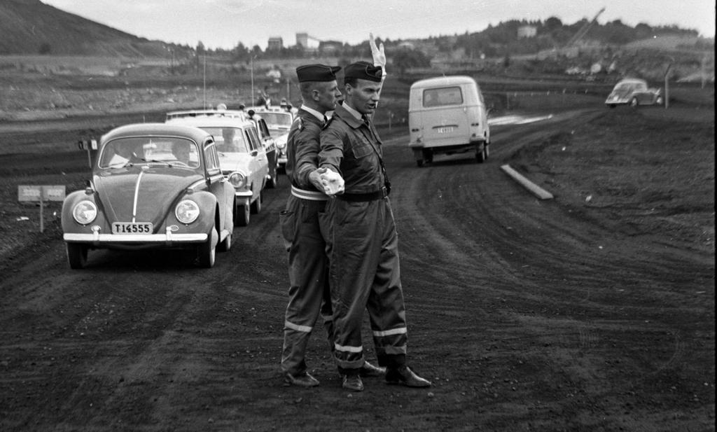 1967_policemen_practicing_how_to_direct_right-hand_traffic_before_the_switch_from_left-hand_to_right-hand_traffic_in_sweden.jpg