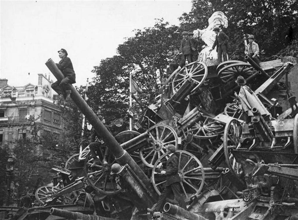 1919_pyramid_of_captured_german_cannons_on_place_de_la_concorde_in_paris_on_the_eve_of_the_victory_parade.jpg
