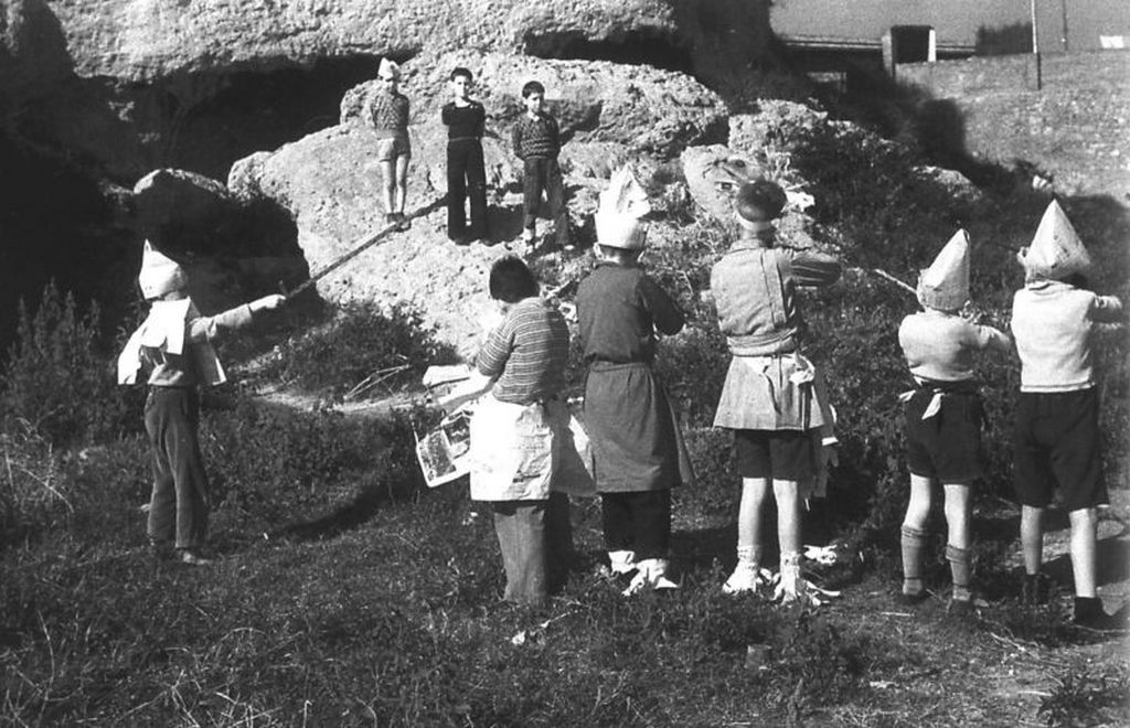 1936_children_pretend_to_be_a_firing_squad_as_a_game_during_the_spanish_civil_war.jpg