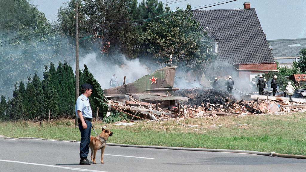 1989_the_crash_site_of_a_rogue_mig-23_flogger_which_crashed_into_a_house_in_kortrijk_west_flanders_belgium_killing_an_18-year-old_occupant.jpg