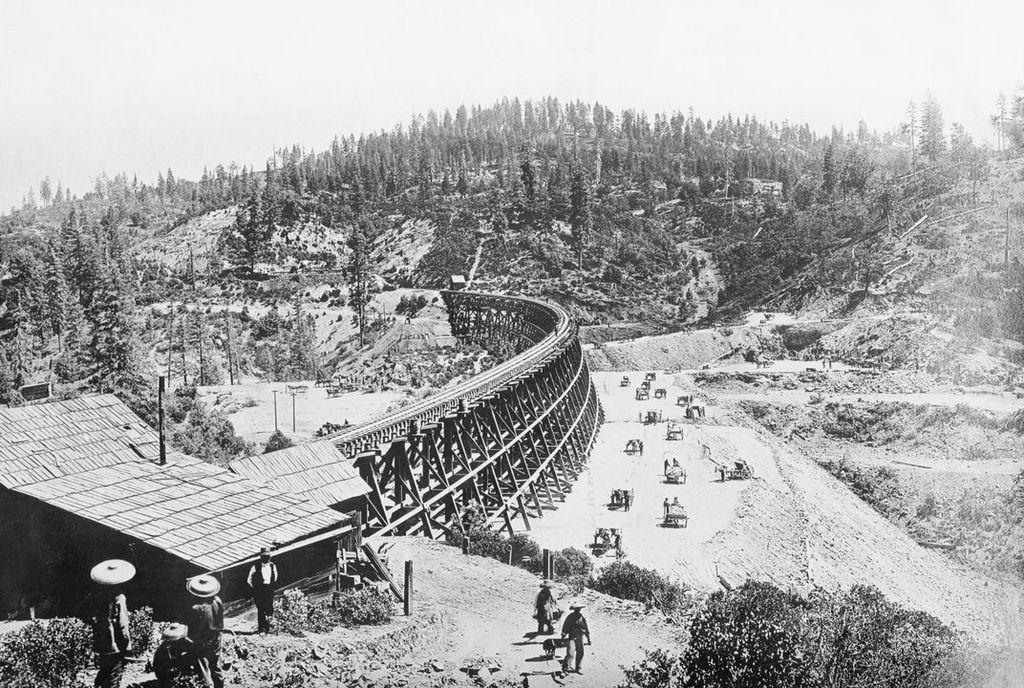 1877_chinese_laborers_at_work_on_railroad_at_sierra_nevada_usa.jpg