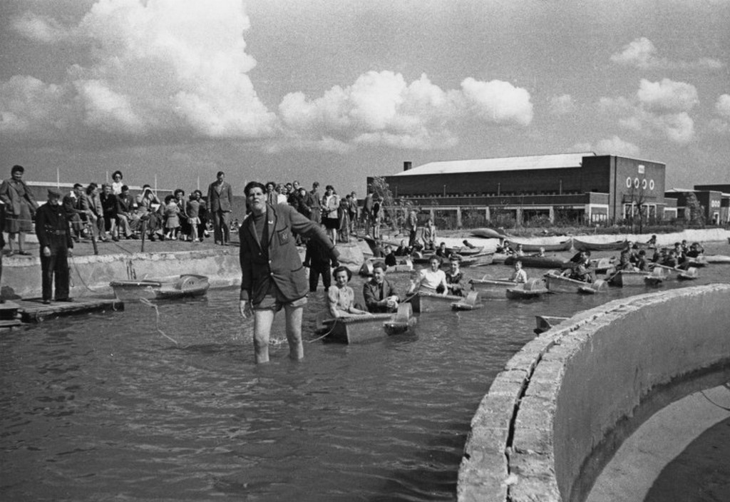 1946_group_of_holidaymakers_at_a_butlin_s_holiday_camp_in_filey_north_yorkshire.jpg