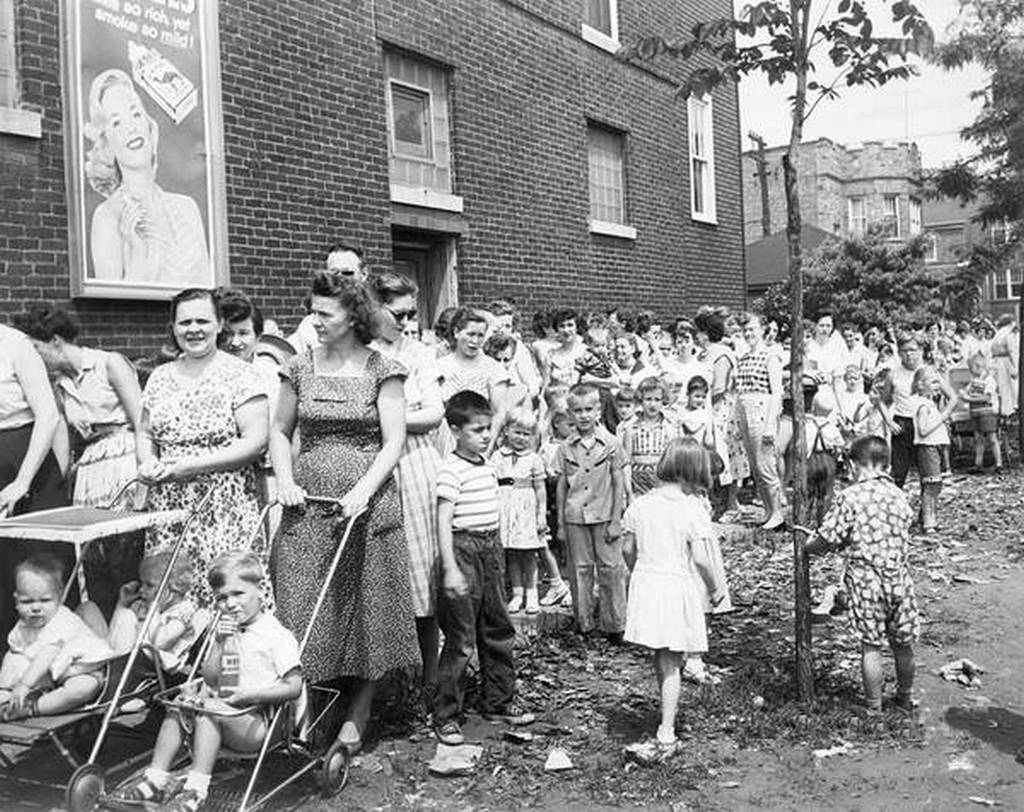 1956_line_to_receive_polio_vaccinations_in_chicago.jpg