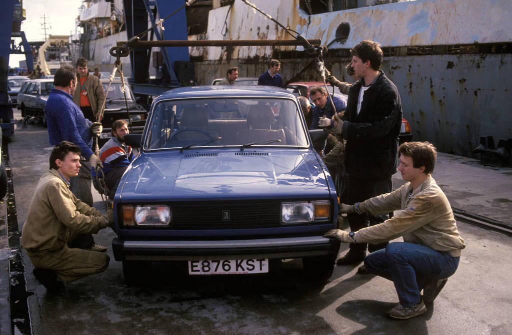 1986_lada_cars_are_loaded_on_to_russian_fishing_ships_for_transport_back_to_soviet_union_for_resale.jpg