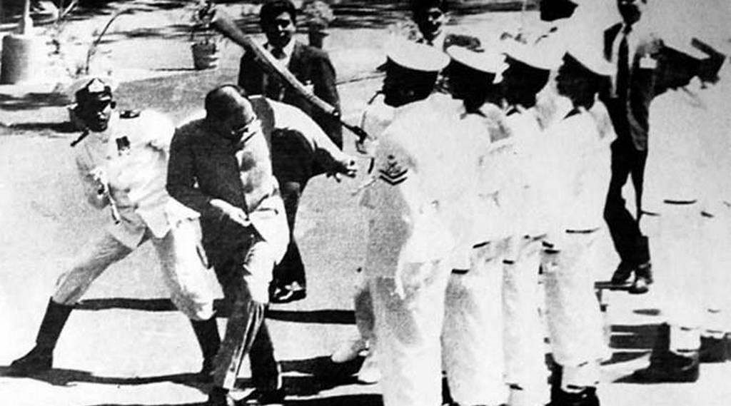 1987_a_sri_lankan_sailor_beating_the_indian_prime_minister_rajiv_gandhi_with_his_rifle.jpg