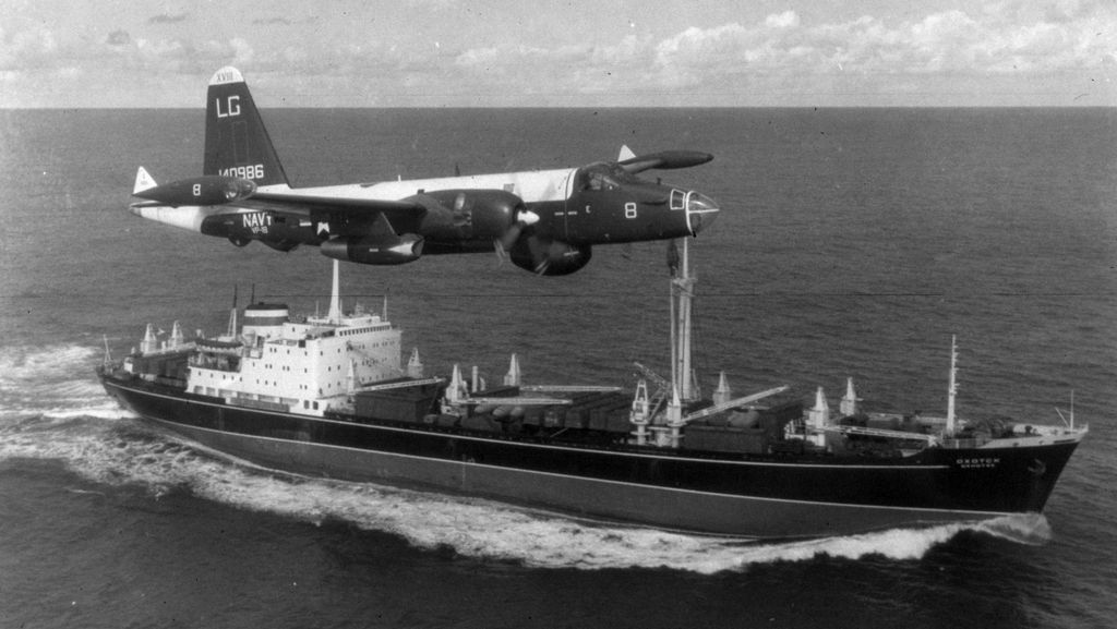 1963_oktober_a_u_s_navy_aircraft_flies_above_a_soviet_freighter_carrying_two_bomber_planes_during_the_cuban_missile_crisis.jpg