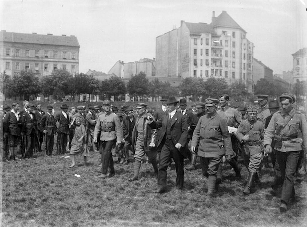 1919_kun_bela_csapatszemlen_a_vermezon_cr.jpg