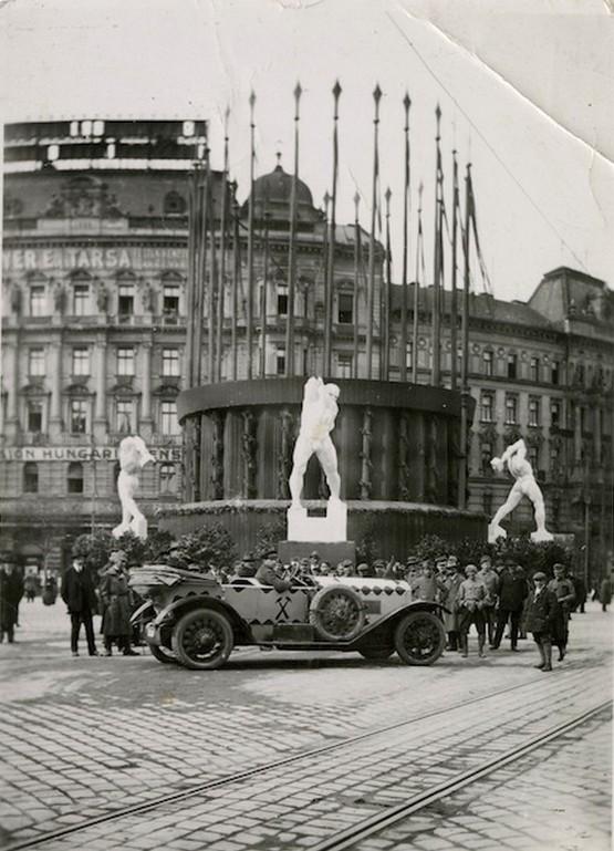 1919_majus_1_kommunistak_altal_feldiszitett_szell_kalman_ter.jpg