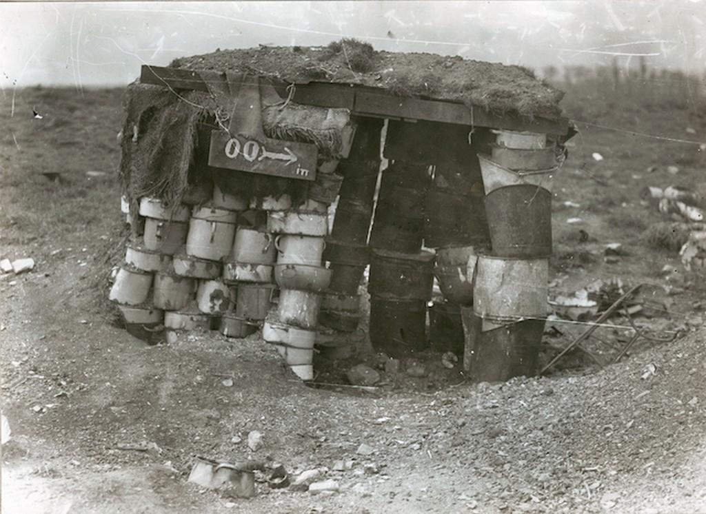 1920-as_evek_pestszentlorinci_szemetbanyan_a_szemetbol_kiszedett_labasokbol_osszerakott_wc_foto_gyagyovszki_emil.jpg