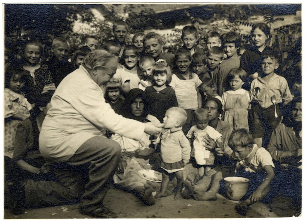 1920-as_evek_robert_bacsi_azaz_feinsilber_robert_gyermekeket_etet_egy_propagandafoton.jpg