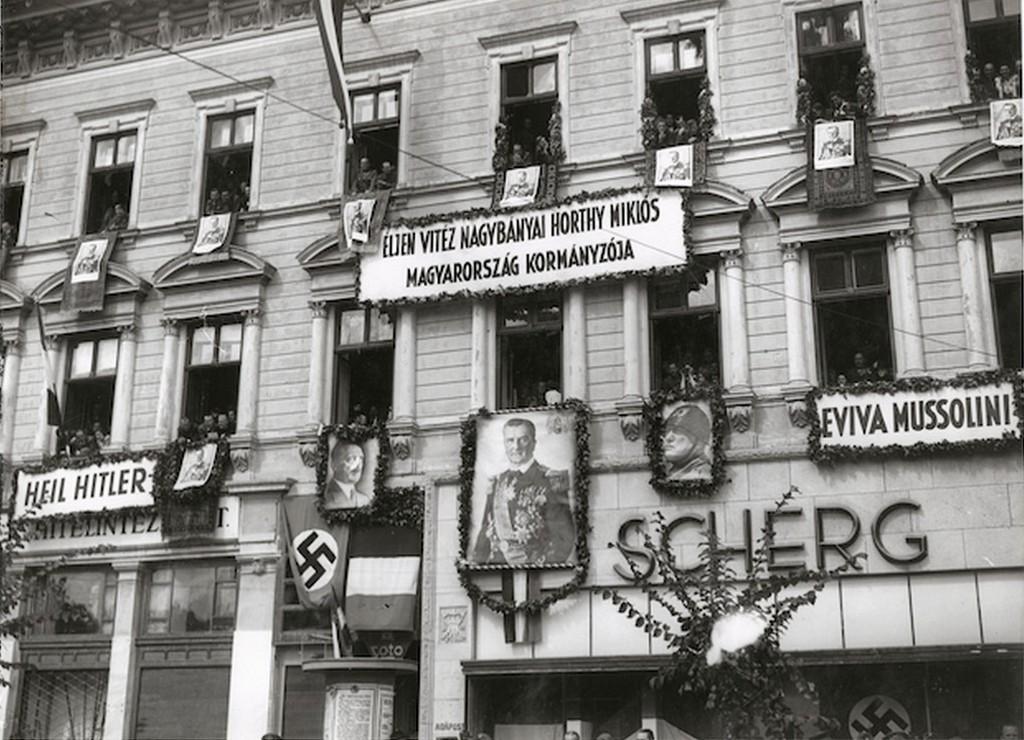 1940_horthy_hitler_es_mussolini_kepeivel_feldiszitett_epulet_a_visszacsatolaskor_kolozsvaron_cr.jpg