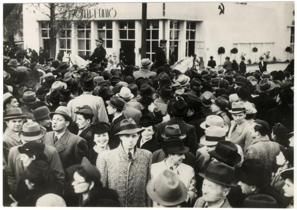 1941_lovas_rendorok_kellettek_a_budapesti_nemzetkozi_vasaron_a_szovjet_pavilon_elott_osszegyult_turelmetlen_tomeg_oszlatasara.jpg