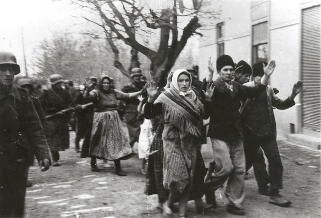 1942_magyar_katonak_szerb_civileket_kisernek_valoszinuleg_zentan.jpg