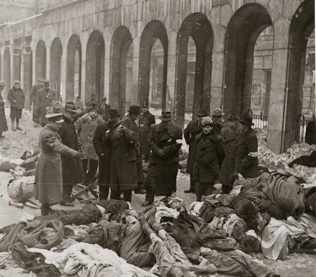 1945_februar_a_naci_es_nyilas_remtetteket_kivizsgalo_bizottsag_tagjai_megszemlelik_a_pesti_gettoban_a_dohany_utcai_zsinagoga_kertjeben_felhalmozott_holttesteket_cr.jpg
