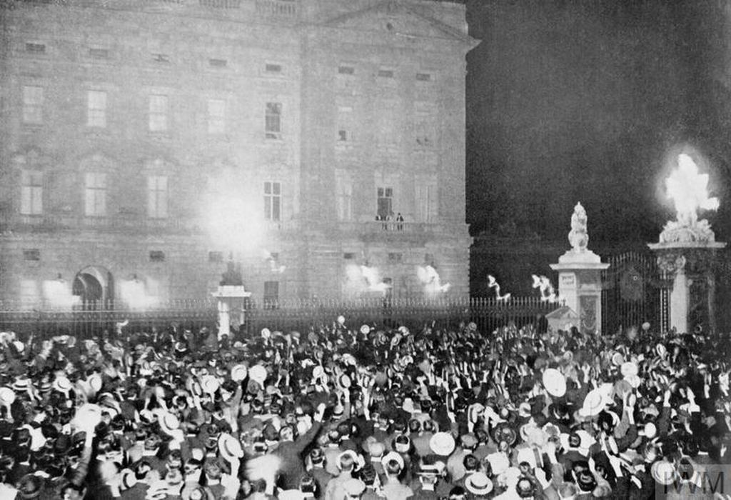 1914_people_in_front_of_buckingham_palace_after_the_declaration_of_war.jpg