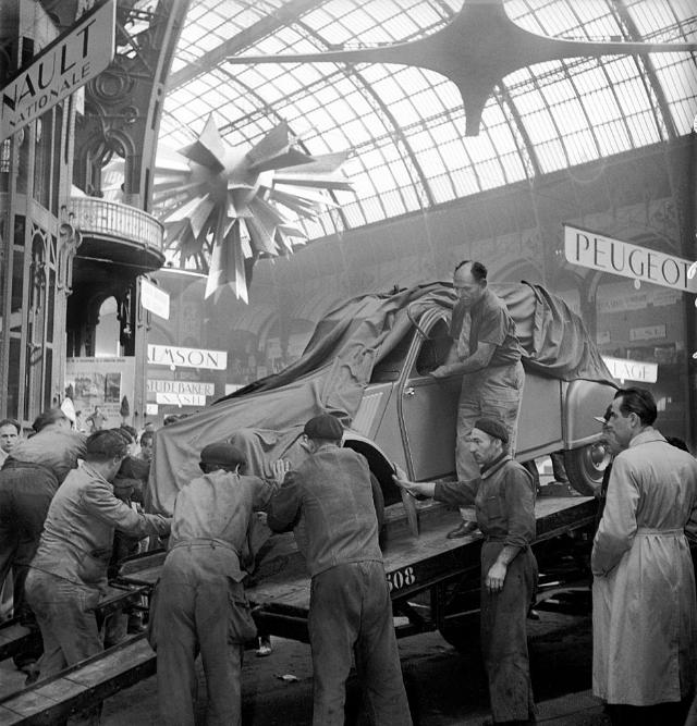1948_unloading_of_the_2cv_at_the_35th_paris_motor_show_at_the_grand_palais.png