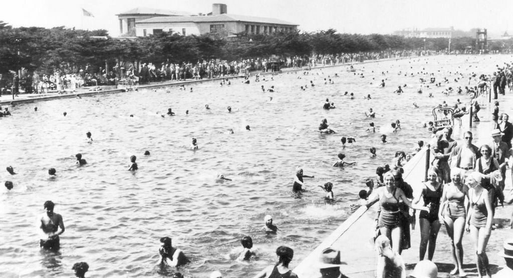 1950s_swimming_at_fleishhacker_pool_sf_304_m_long_filled_with_seawater.jpg
