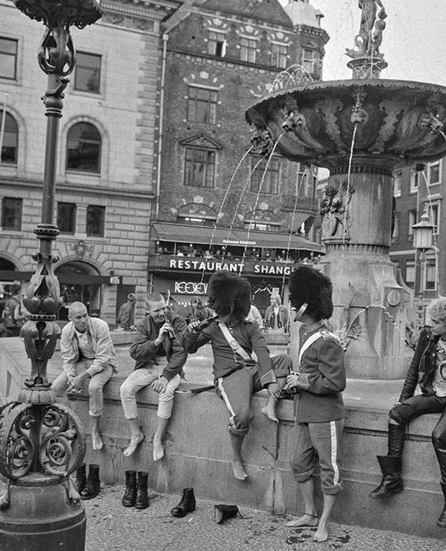 1984_danish_royal_guard_sharing_a_beer_with_some_punks.jpg