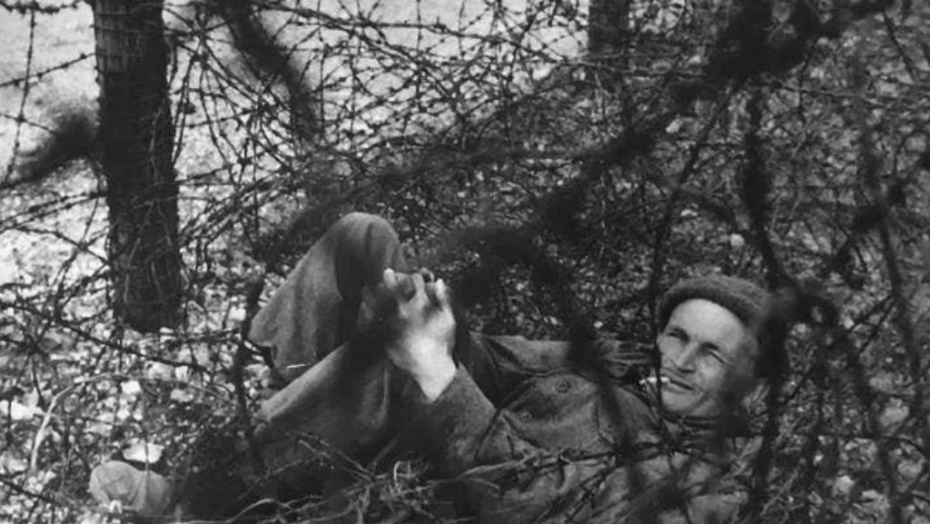 1943_charles_upham_entangled_in_barbed_wire_during_escape_attempt_camp_pg47_photo_by_german_officer_as_evidence.jpg