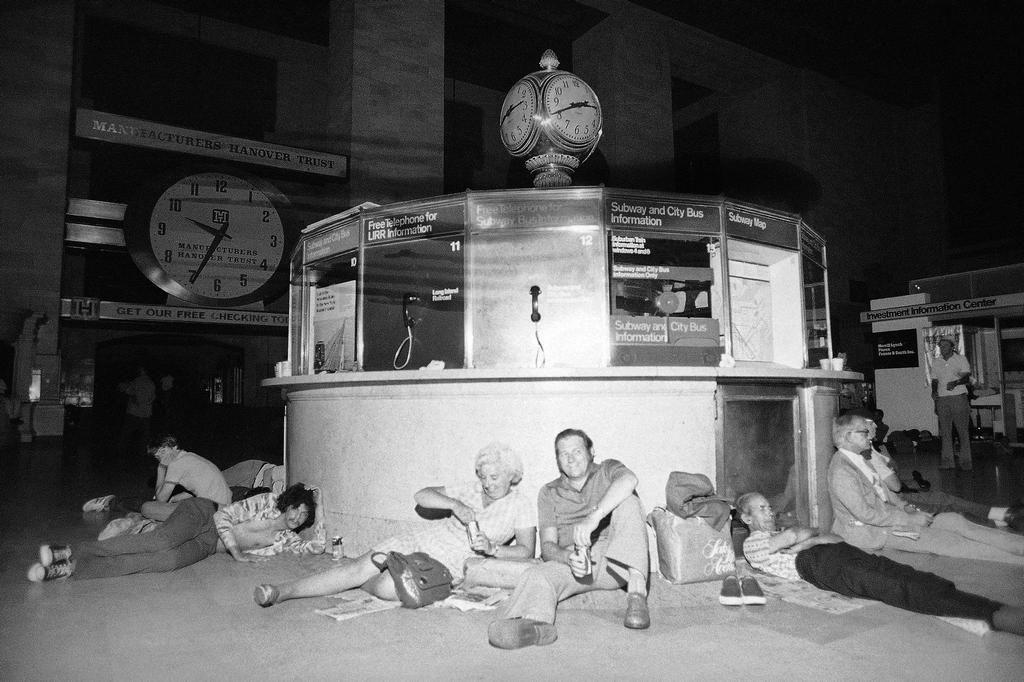 1977_people_stuck_in_grand_central_nyc_during_the_77_blackout.jpg